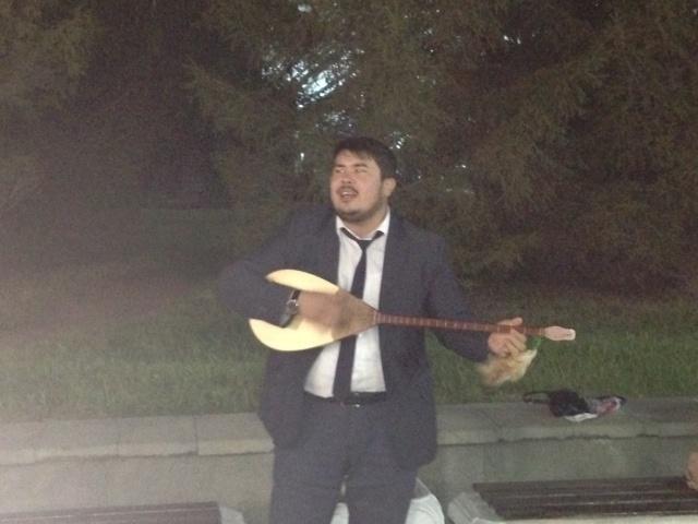 Блог - Marco: Домбыра Party: Алма жауған күн және Алмас Алтайдың жаңа домбырасы