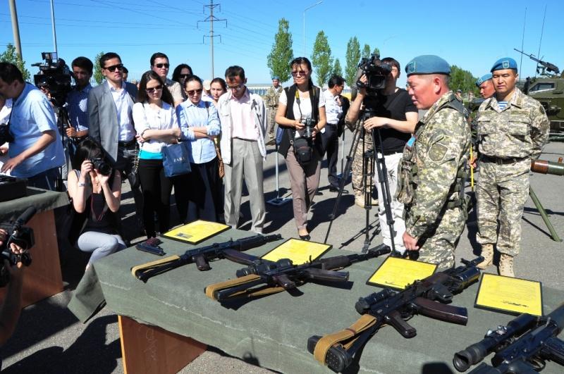 Kaztube: Қорғаныс министрлігі Журналистер күніне арнап әскери бөлімде жиын өткізді