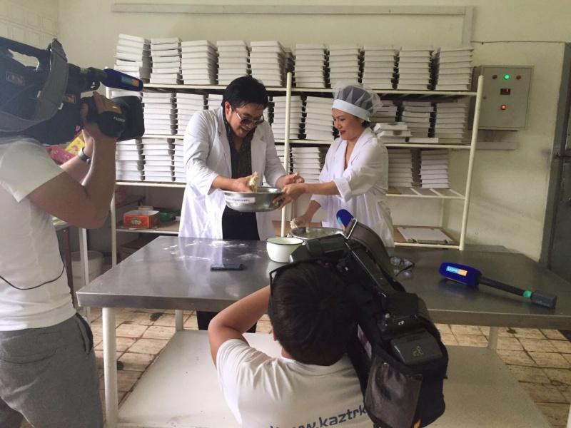 Блог - arailym_zhalauly: Қарағанды Нан комбинатында әнші Серікбол Сайлаубек тоқаш пісіріп көрді